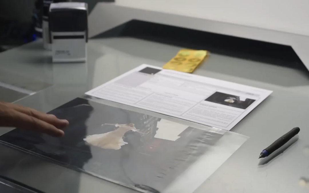 Certificado numerado com selo holográfico.